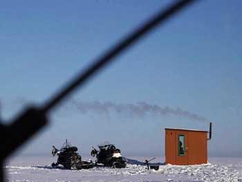 Service de guide de pêche blanche sur la glace du lac saint-jean dans la région du saguenay. Forfait de pêche blanche avec guide charles dufour , location de cabane à pêche et transport en motoneige avec tout le matériel de pêche inclus : sonar, canne, brimbales ...