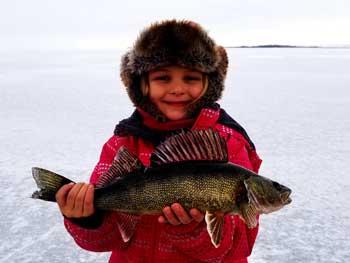 Vivre la pêche blanche au saguenay lac saint jean pêche sur glace au doré, brochet, perchaude et truite - Location de cabane à pêche blanche au Québec forfait famille, une activité hivernale familiale qui vous laisseront assurément de merveilleux souvenirs