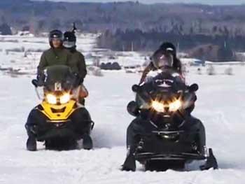Transport en motoneige pêche sur glace pêche blanche Saguenay lac st jean Forfait de pêche blanche avec guide de pêche transport en motoneige pour la pêche sur glace au cabane a pêche avec le guide charles dufour
